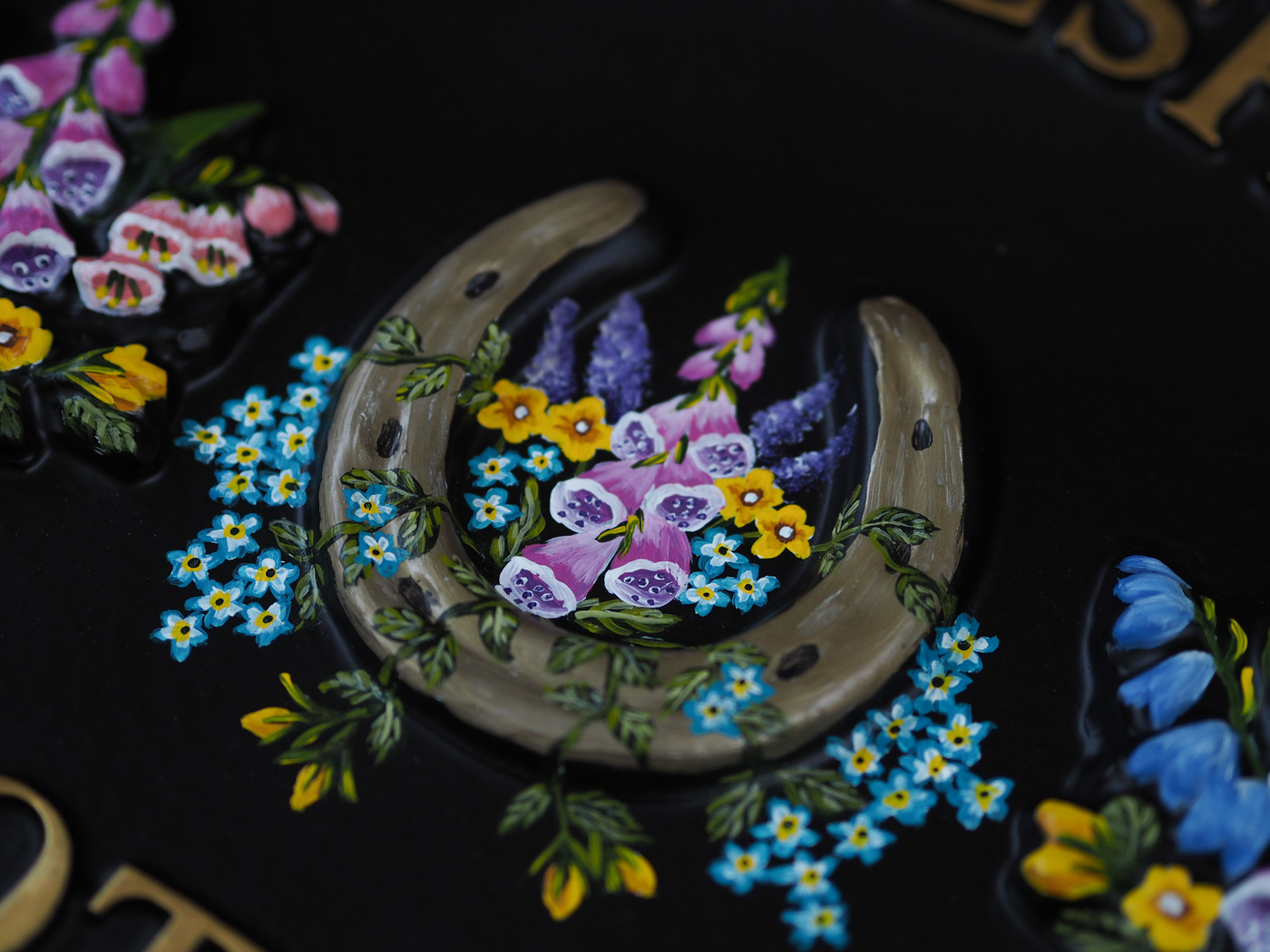 Horseshoe & Flowers Close Up house sign